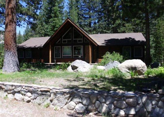 3075E-Fantastic riverfront cabin, relax on the back deck overlooking the river with BBQ and Hot Tub - Image 1 - Kyburz - rentals