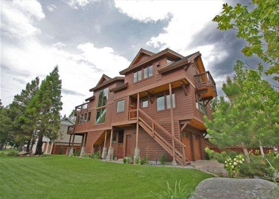 4039G-Deluxe Tahoe Stateline area home; one block to lake, walk to casinos, Heavenly Village and Gondola! - Image 1 - South Tahoe - rentals
