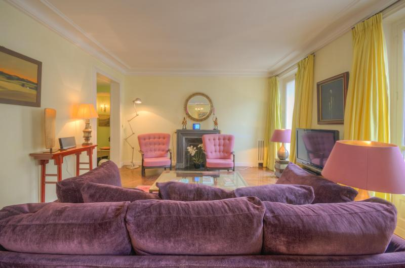 Enjoy the eight-window view overlooking the Rue des Saints Peres - Outstanding Location, Stylish Decor - Clichy - rentals