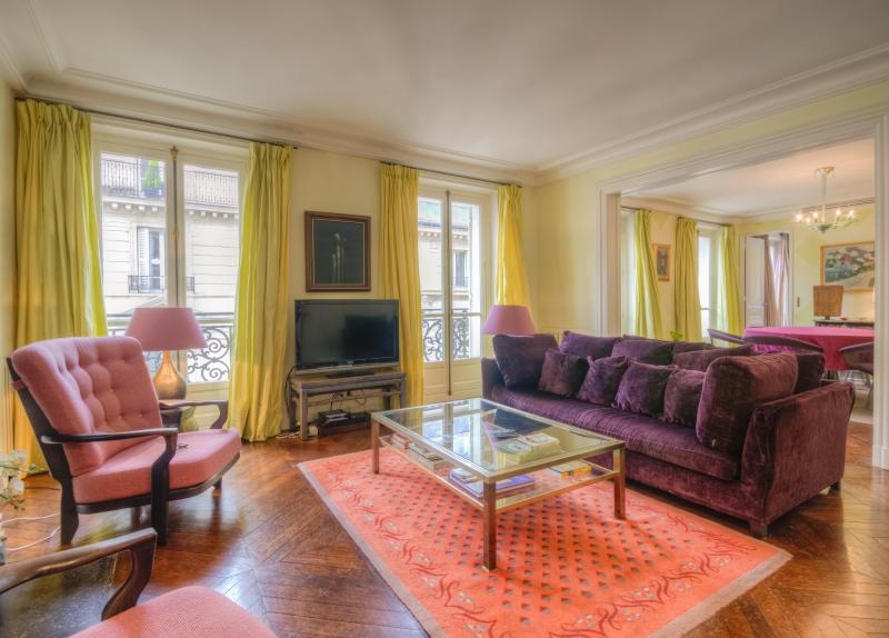 Welcome to Rue des Saints Peres! - Style, Luxury and an Ideal Paris Location, 10% OFF - Clichy - rentals