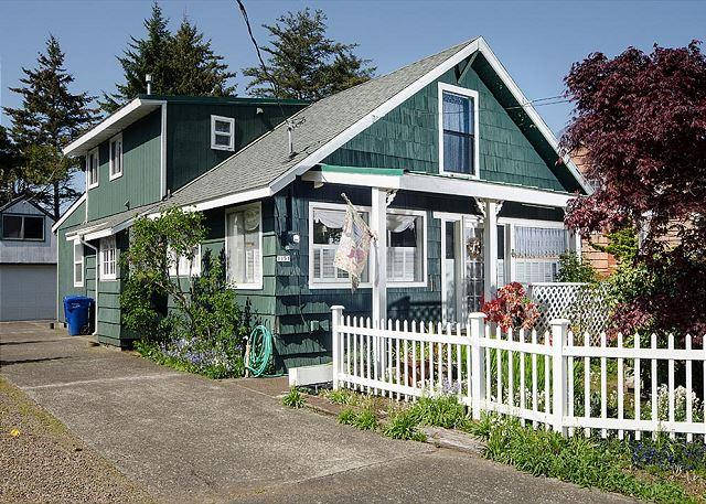 Charming Home and Large Garden Right On Siletz Bay - Image 1 - Lincoln City - rentals