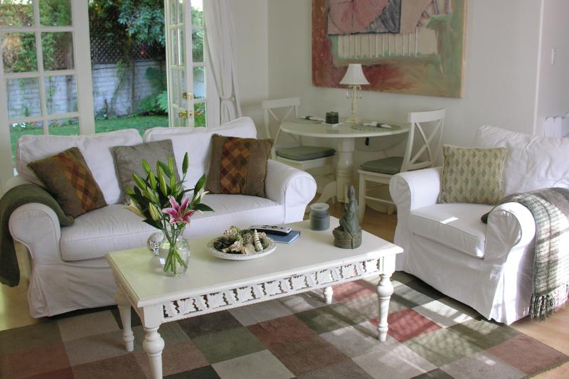 Living room opening to private garden - Charming Duplex with private yard, Pets welcome - Los Angeles - rentals