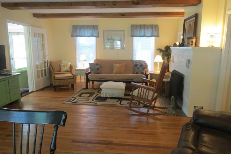 Living Room/Dining Room Combo - Cozy Country Cottage PineLake - LaPorte - rentals