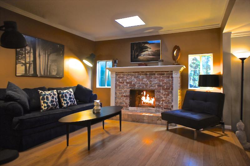 Second Living Area w/ wood burning Fireplace (upstairs) - Beverly Hills Zen Retreat - Beverly Hills - rentals