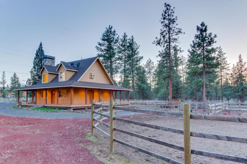 Modern, inviting house on two fenced acres - bring the dog and your horses! - Image 1 - Sisters - rentals