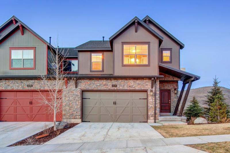 Home w/ fireplace, private hot tub, shared pool, game and fitness facilities - Image 1 - Kamas - rentals