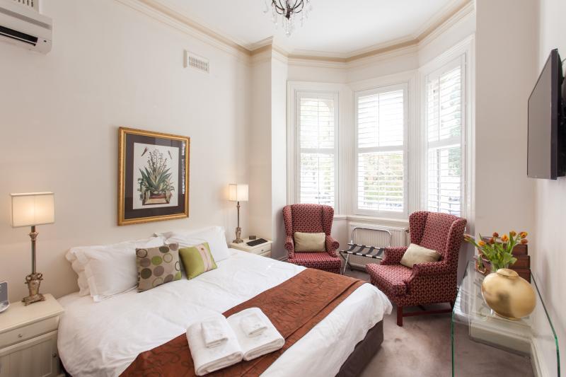 Downstairs Master Bedroom - 94 Highett Inner Melbourne Period Home for upto 14 - Melbourne - rentals