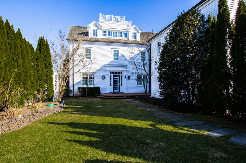 Private Side Yard and Entrance - VERDM - STUNNING VILLAGE ESTATE IN CLASSIC EDGARTOWN STYLE, LUXURY HOME WITH SPACIOUS LIVING AREAS/BEDROOMS, AND GUEST QUARTERS WITH KITCHENETTE AND FAMILY ROOM, LOVELY MANICURED AND PRIVATE YARD, CENTRAL A/C - Chappaquiddick - rentals
