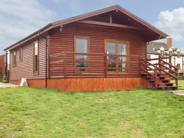 HERON VIEW LODGE, detached lodge, fishing on-site, enclosed garden, WiFi, near Shepton Mallet, Ref 915080 - Image 1 - Shepton Mallet - rentals