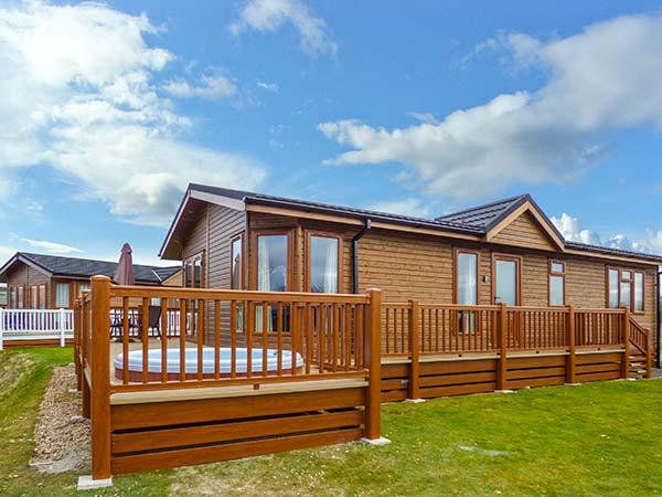 COTTABUNGA TOO (MISTY BAY), hot tub, en-suite, on-site activities, luxury lodge on Tattershall Lakes Country Park, Ref. 916360 - Image 1 - Tattershall - rentals