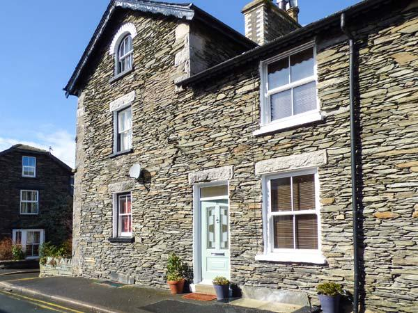 DIZZY DUCK COTTAGE, gas and electric fire, enclosed patio, WiFi, in centre of Windermere, Ref 917671 - Image 1 - Windermere - rentals