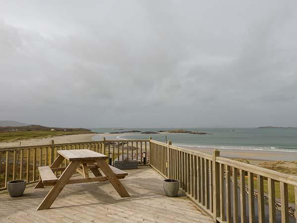 GLASSILLAUN BEACH HOUSE, bedrooms all en-suite, multi-fuel stove, garden, near Tully, Ref 918002 - Image 1 - Tully - rentals