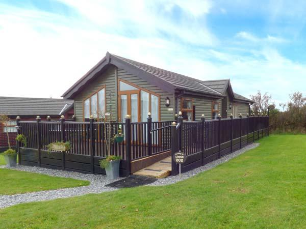 TREFLEDART LODGE, detached lodge, ramped access, private patio with furniutre - Image 1 - Polperro - rentals