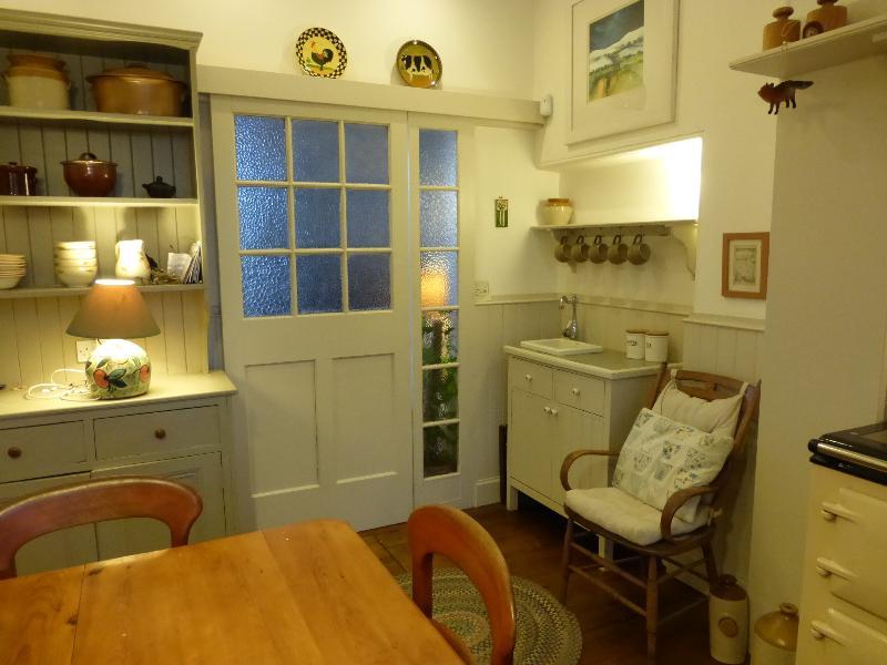 Cupboard and sliding door in large kitchen - Lennox Cottage - Glasgow - rentals
