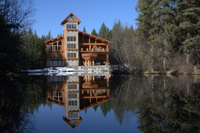 Lodge where the owner lives. On the first level is the  Honeymoon Suite & the Luxury Suite for guest - Family Cabin - Eureka - rentals