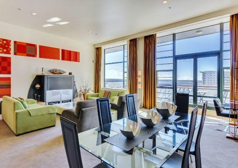 Open plan dining area for six people. - Large 2 Bedroom Heritage Hotel Serviced Apartment Acommodation - Central Auckland - Auckland - rentals