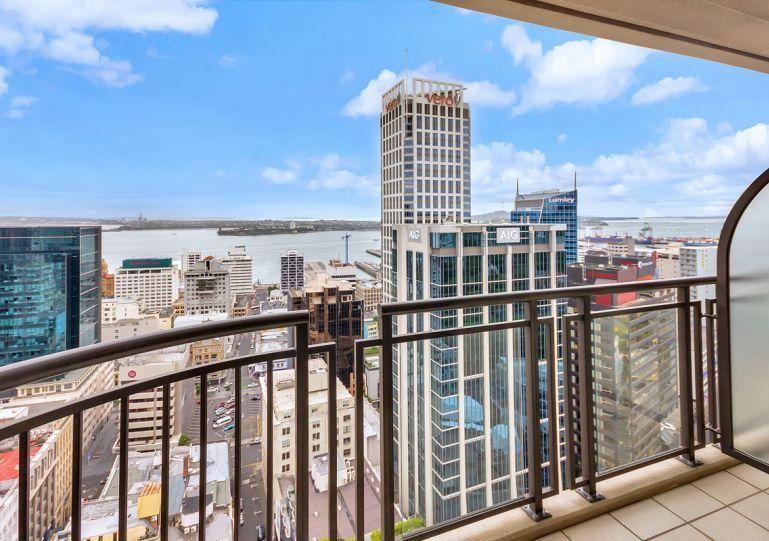 The balcony boasts stunning city and harbour views - Auckland New Zealand Serviced Apartment Hotel Acommodation 1 Bedroom Metropolis - Auckland - rentals