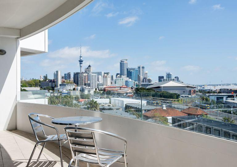 Enjoy stunning views over the city and out to the harbour. - 2 Bedroom Serviced Apartment Accommodation in Parnell, Mirage on Strand - Auckland - rentals