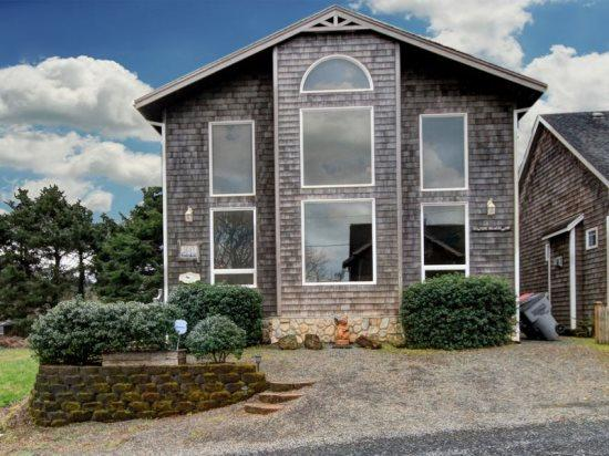 Exterior - Embassy is only steps to downtown and the beach with a back yard 3 bedroom 2.5 bath sleeps 6 - 62160 - Cannon Beach - rentals