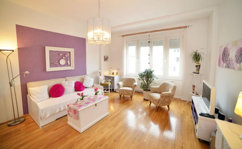 Living room flooded with natural light - Downtown Apartment - Zagreb - rentals