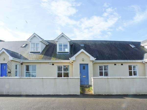 11 FAIRWAY DRIVE, mid-terrace cottage, near beach & golf, close to amenities, lawned garden, in Rosslare Harbour, Ref 923705 - Image 1 - Rosslare - rentals