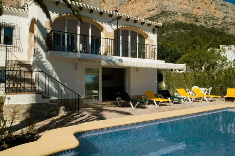 Plenty of room to sunbathe around the large private pool - Montgo Ermita Jávea, aircon, a/c, wifi, sleeps 10 - Javea - rentals