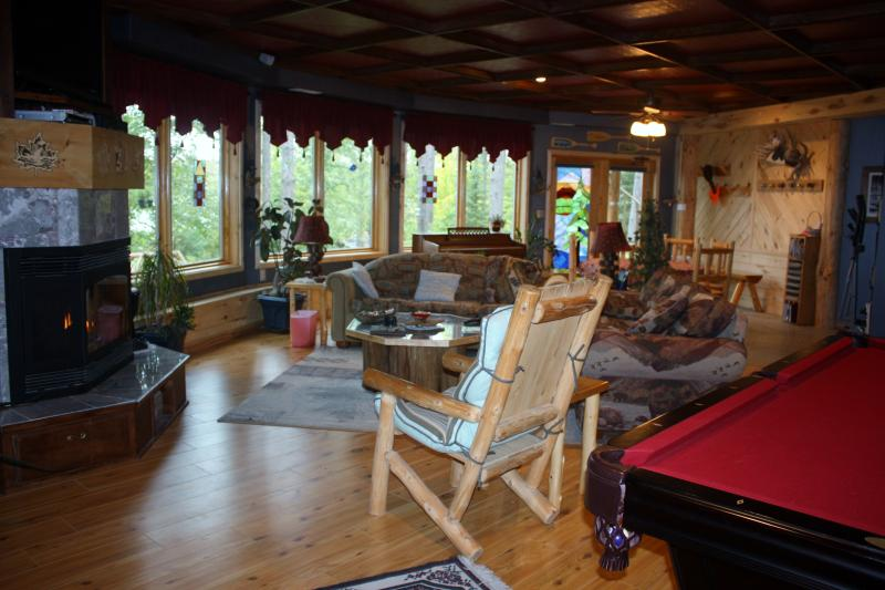 Grand great room - WATERFRONT LODGING AND TREE HOUSE SPA FOR ADULTS - Squaw Lake - rentals