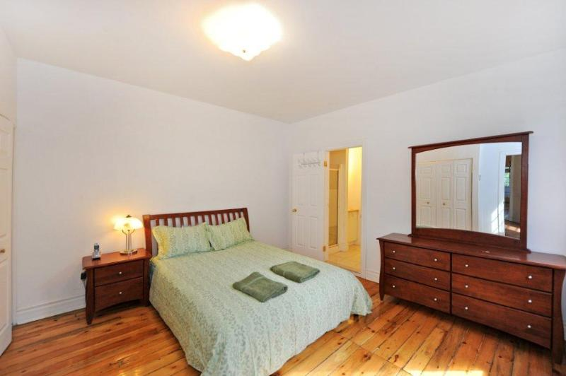 Our master bedroom with private shower 1 - Beautiful 9BDR close parcs, Plateau and Old Port - Montreal - rentals