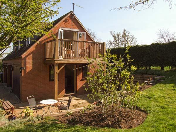 THE FOLD, detached, first floor cottage, WiFi, bacony with furniture, near Startford-upon-Avon, Ref. 921131 - Image 1 - Stratford-upon-Avon - rentals