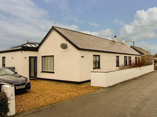 TEGFAN, detached bungalow, en-suites, woodburner, parking, garden, roof terrace, in Pentraeth, Ref 30037 - Image 1 - Pentraeth - rentals