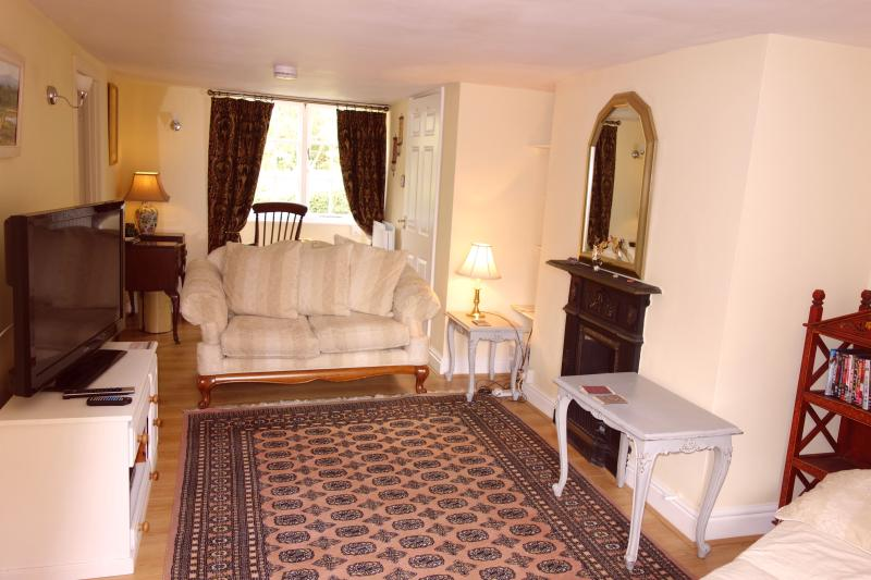 The spacious and comfortable living room. - Avalon Cottage.  A beautiful four star home close to Glastonbury town centre. - Glastonbury - rentals
