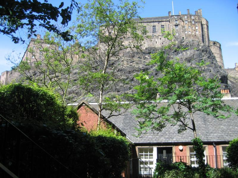 King's Stables with Edinburgh Castle above - King's Stables: with view of Edinburgh Castle - Edinburgh - rentals