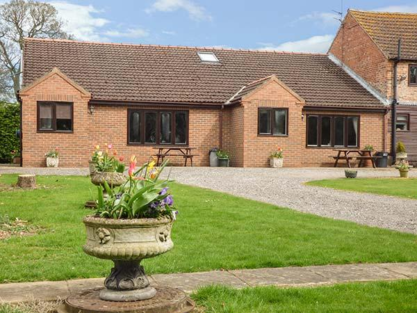 THE MILKING PARLOUR, ground floor, tennis and golf, lawned garden with furniture, near York, Ref 904788 - Image 1 - York - rentals