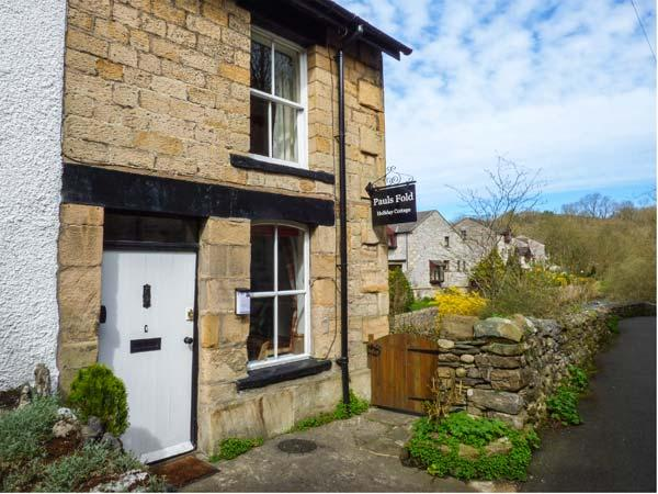 PAULS FOLD HOLIDAY COTTAGE, pet-friendly cottage by river, WiFi, patio, Jacuzzi bath, Ingleton Ref 923378 - Image 1 - Ingleton - rentals