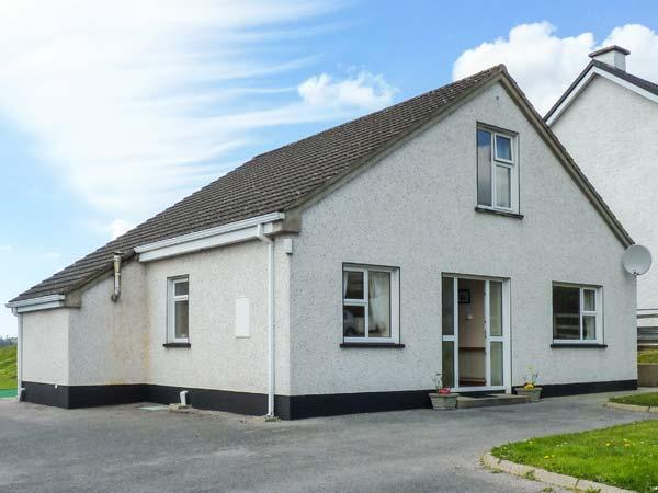 8 THE GLEBE, traditional, detached, open fire, lawned garden, in Donegal Town, Ref 924178 - Image 1 - Donegal - rentals