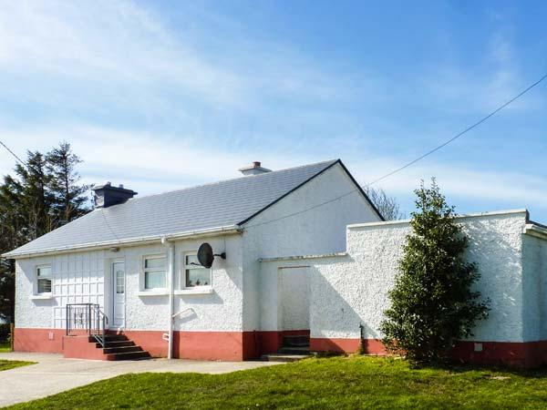 ROWAN TREE COTTAGE, detached, all ground floor, WiFi, solid fuel stove, parking, patio, in Carrick, Ref 924175 - Image 1 - Carrick - rentals