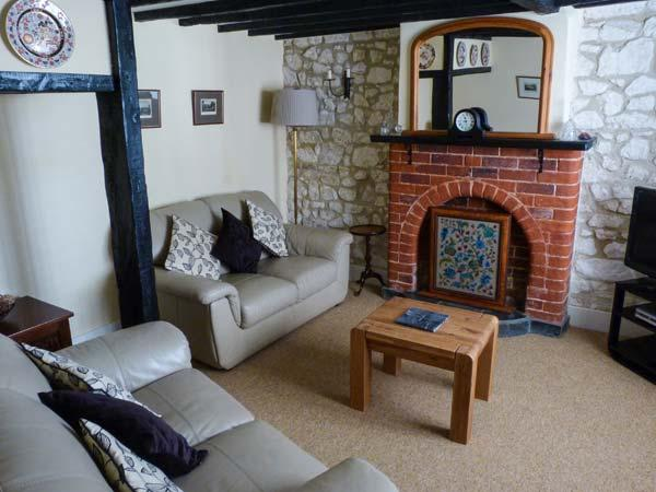 WEIRSIDE COTTAGE, close to coast, superb accommodation, stream in garden in Brighstone, Ref 21801 - Image 1 - Brighstone - rentals