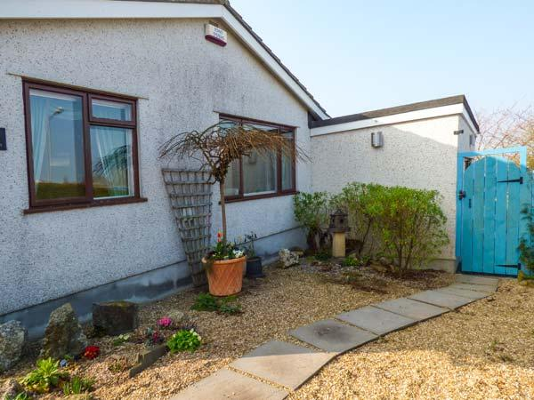 JENNY WREN, single-storey, own garden, king-size bed, close shop, pub, beach, walks, in Tywardreath Ref 22479 - Image 1 - Tywardreath - rentals