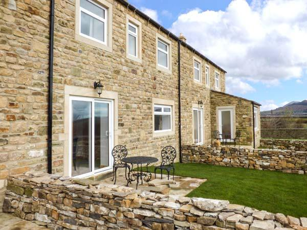 ZOEY COTTAGE, flexible sleeping arrangements, open fire, enclosed garden, walks from the door, near Skipton, Ref. 913342 - Image 1 - Skipton - rentals