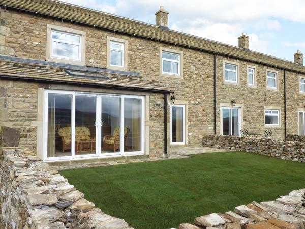KATY'S COTTAGE, en-suites, open fire, long-distant views, sun room, near Skipton, Ref. 913346 - Image 1 - Skipton - rentals