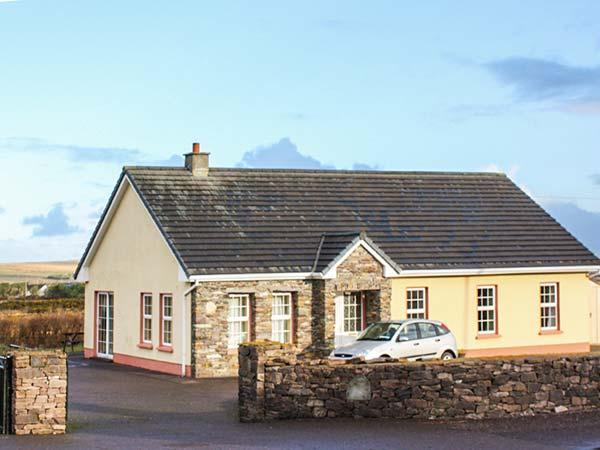 EAGLE'S REST, en-suites, open fire, sea views, pet-friendly cottage near Ballyferriter, Ref. 915382 - Image 1 - Ballyferriter - rentals