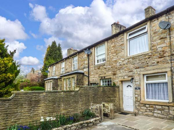 SPRINGFIELD COTTAGE, romantic, stove, patio, in Skipton, Ref 915725 - Image 1 - Skipton - rentals