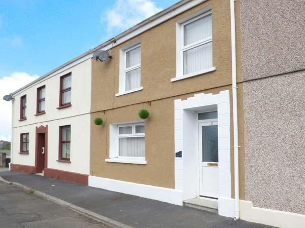 THE BEACH HOUSE, family-friendly cottage with WiFi, close to beach, in Llanelli, Ref 917535 - Image 1 - Llanelli - rentals