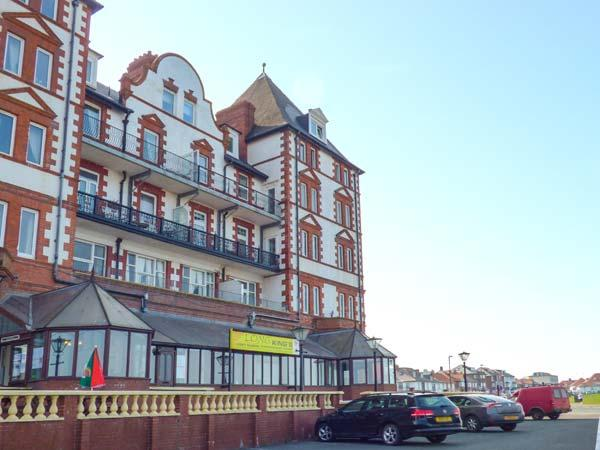 CAIRNS VISTA, pet-friendly seafront apartment by beach and amenities, Whitby Ref 918423 - Image 1 - Whitby - rentals