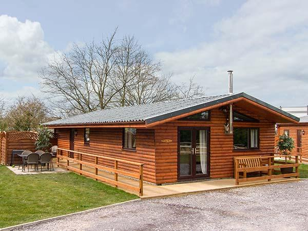 THE ROE, detached lodge with private hot tub, WiFi, woodburner, fishing nearby, near St Asaph, Ref 919602 - Image 1 - Saint Asaph - rentals