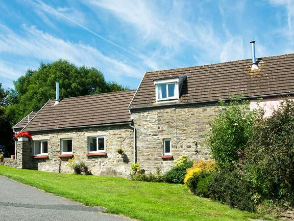 THE GRANARY, family holiday home, three bedrooms, woodburner, shared swimming - Image 1 - Cardigan - rentals