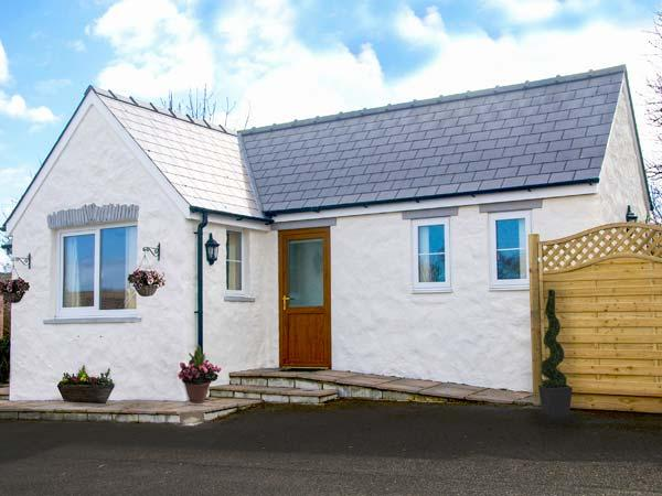 PEN-Y-BRYN, detached, single-storey, underfloor heatingd, hot tub, on-site - Image 1 - Cardigan - rentals
