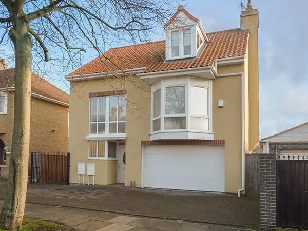 MEAD HOUSE, detached, contemporary style, woodburning stove, good touring base in Darlington, Ref 920812 - Image 1 - Darlington - rentals