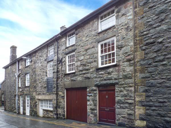 BRYN MEIRION BACH, converted old mill warehouse, exposed beams and old mill workings, WiFi, centre of Dolgellau, Ref 920944 - Image 1 - Dolgellau - rentals