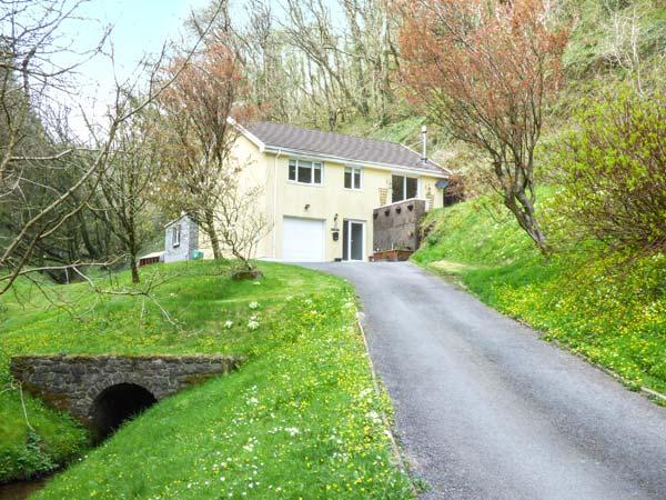 WOODSIDE, woodburner, WiFi, garden, jacuzzi, near Laugharne, Ref 921026 - Image 1 - Laugharne - rentals